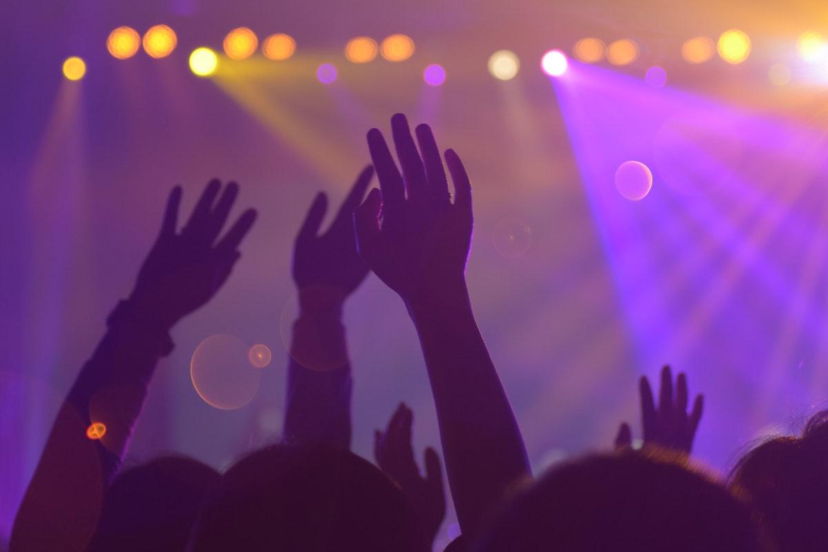 Feiern im Club, Hände in der Luft