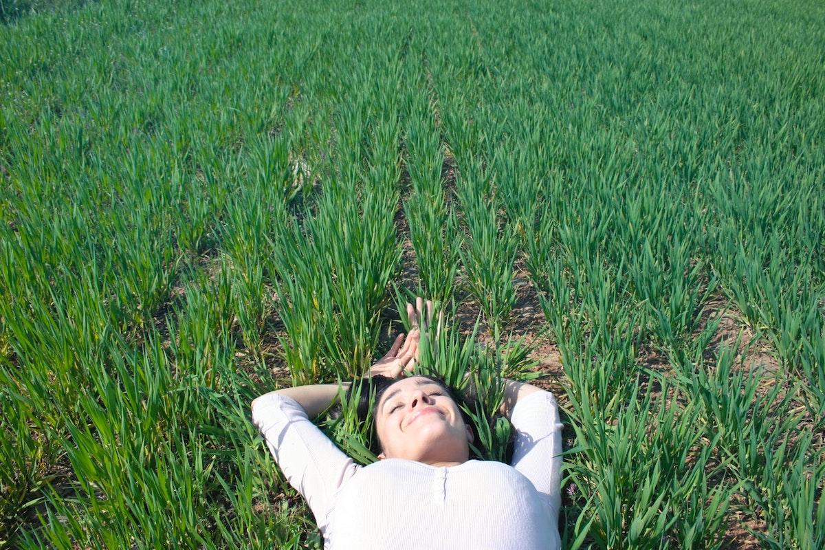 Frau liegt im Feld