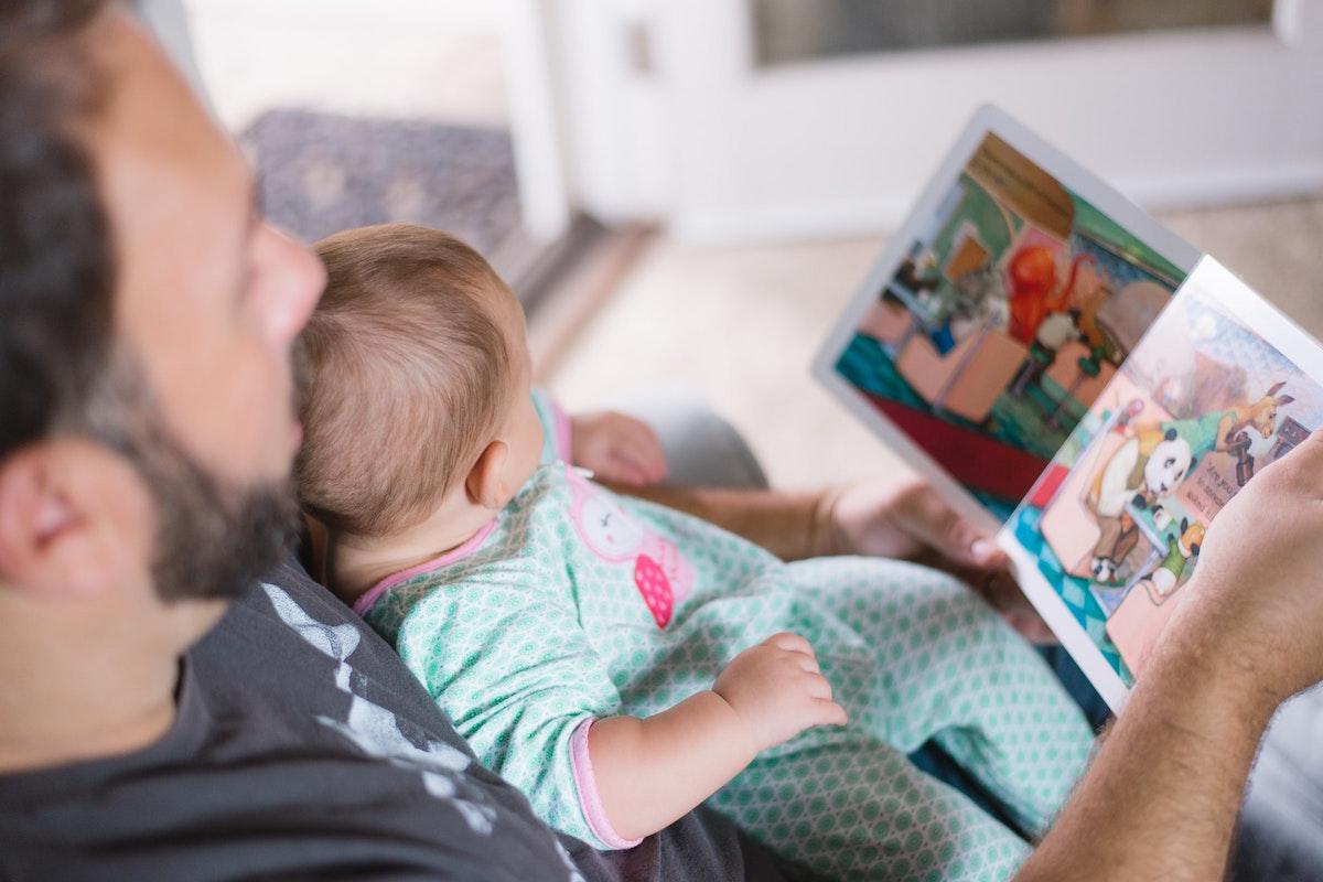 Vater und Kind beim Vorlesen. Foto: Picsea / Unsplash (CC0)