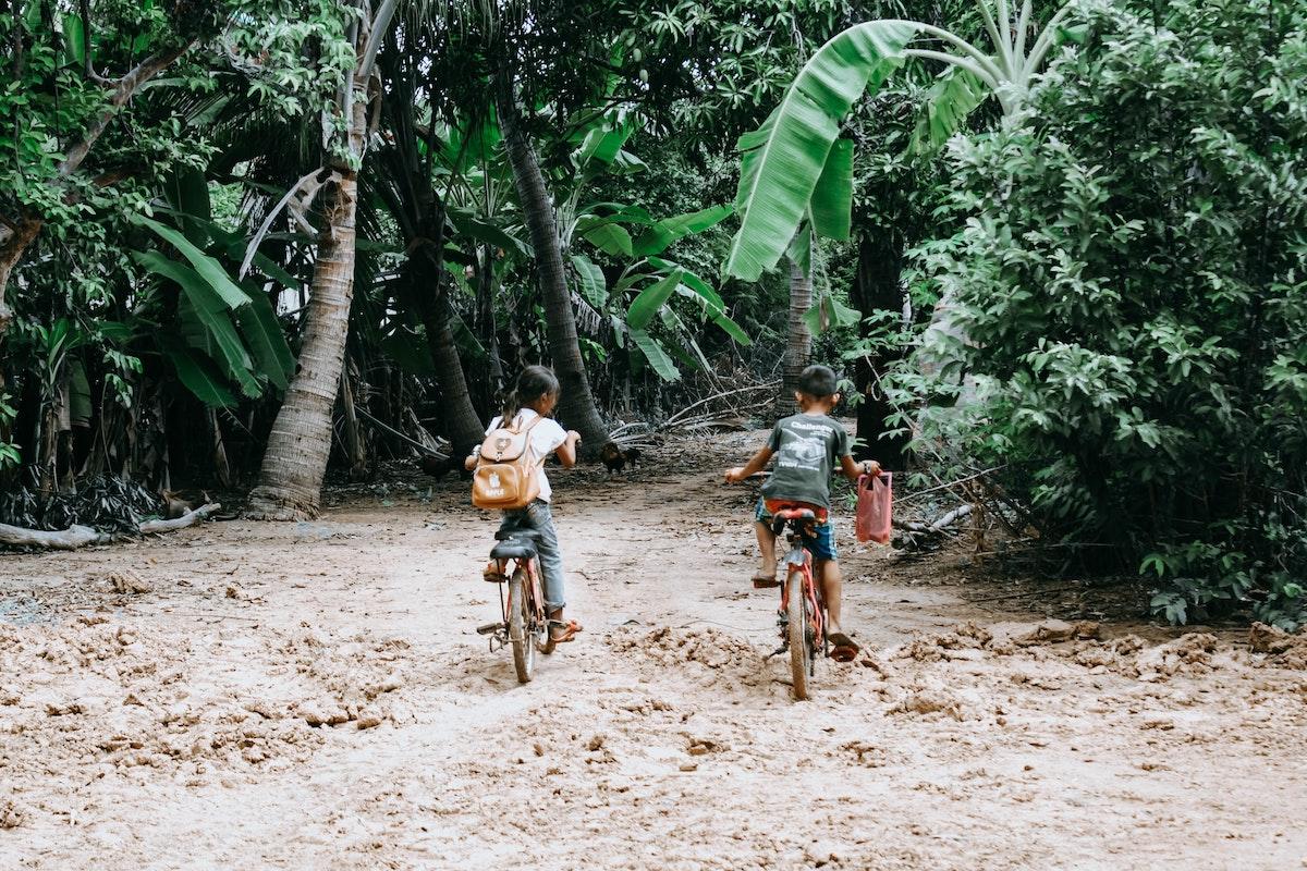 Kinder in Kambodscha auf dem Weg zur Schule.
