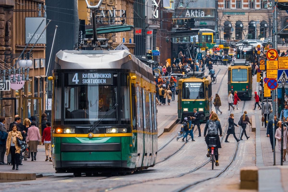 Straßenverkehr in Helsinki