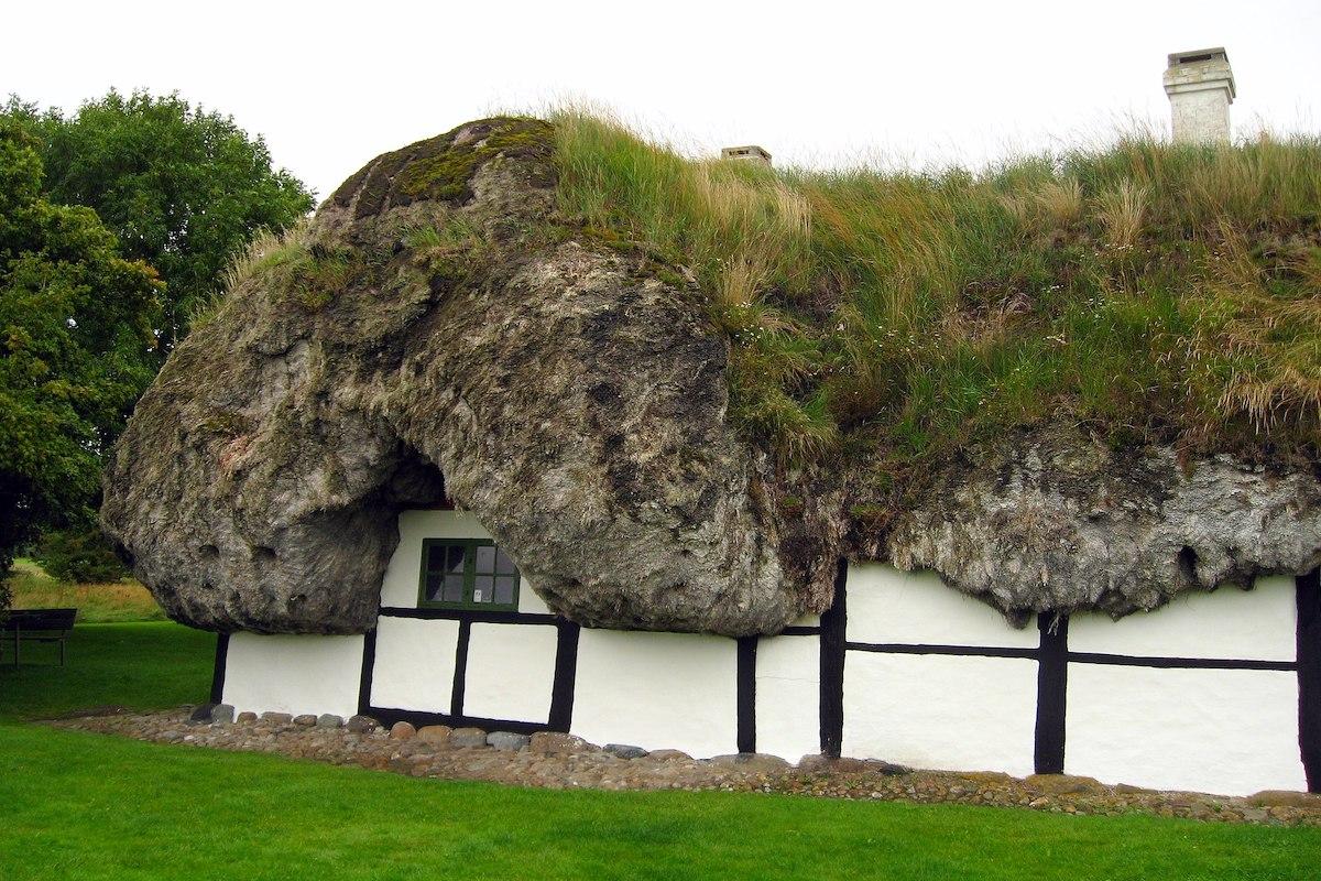 denmark-seaweed-roof-house